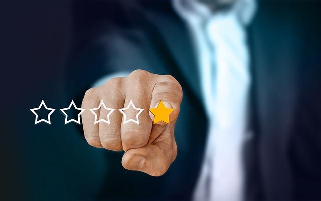man selecting 1 star review